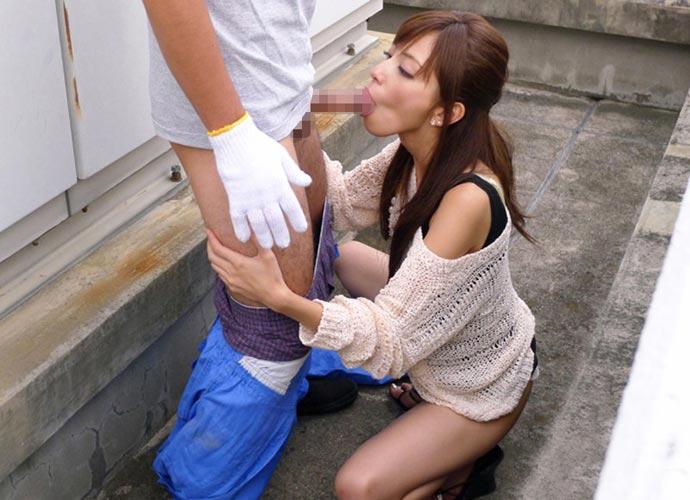 屋外でも亀頭を舐めちゃう女の子 (2)