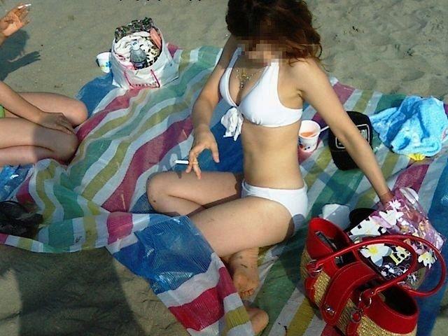 海に行くと見られる水着女性 (8)