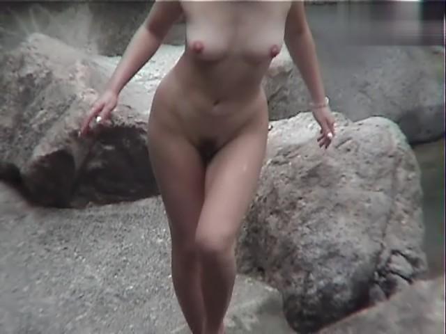 露天風呂に入るスッポンポンの女の子 (10)