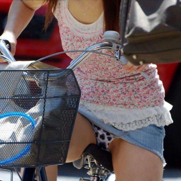 自転車に乗った素人娘たちの股間からパンツが見えてる