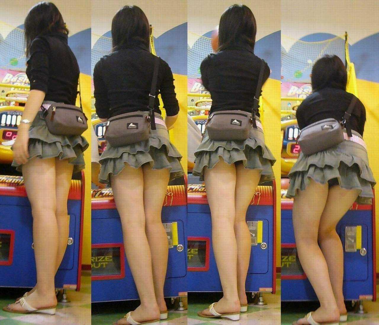 スカートが短すぎて下着が丸見え (14)