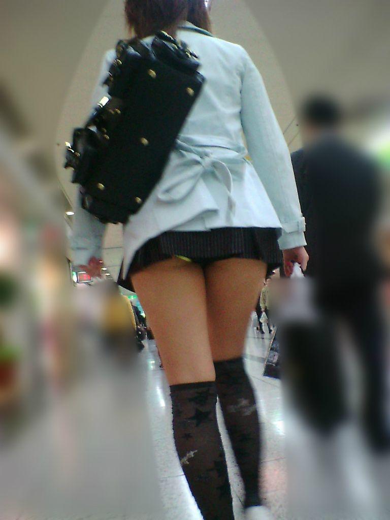スカートが短すぎて下着が丸見え (4)