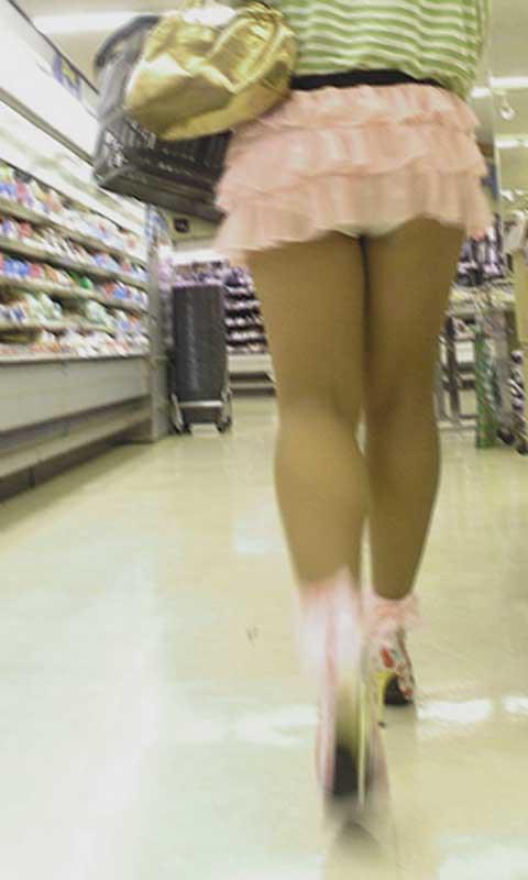 スカートが短すぎて下着が丸見え (5)