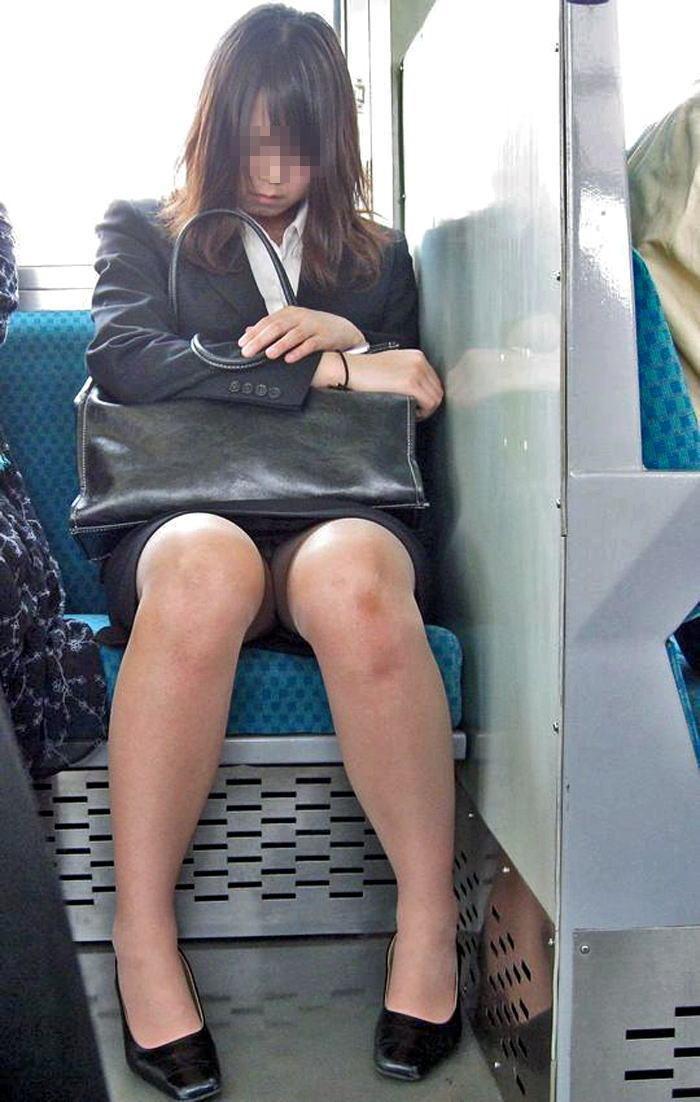 仕事中や通勤途中のOLのパンツ (18)