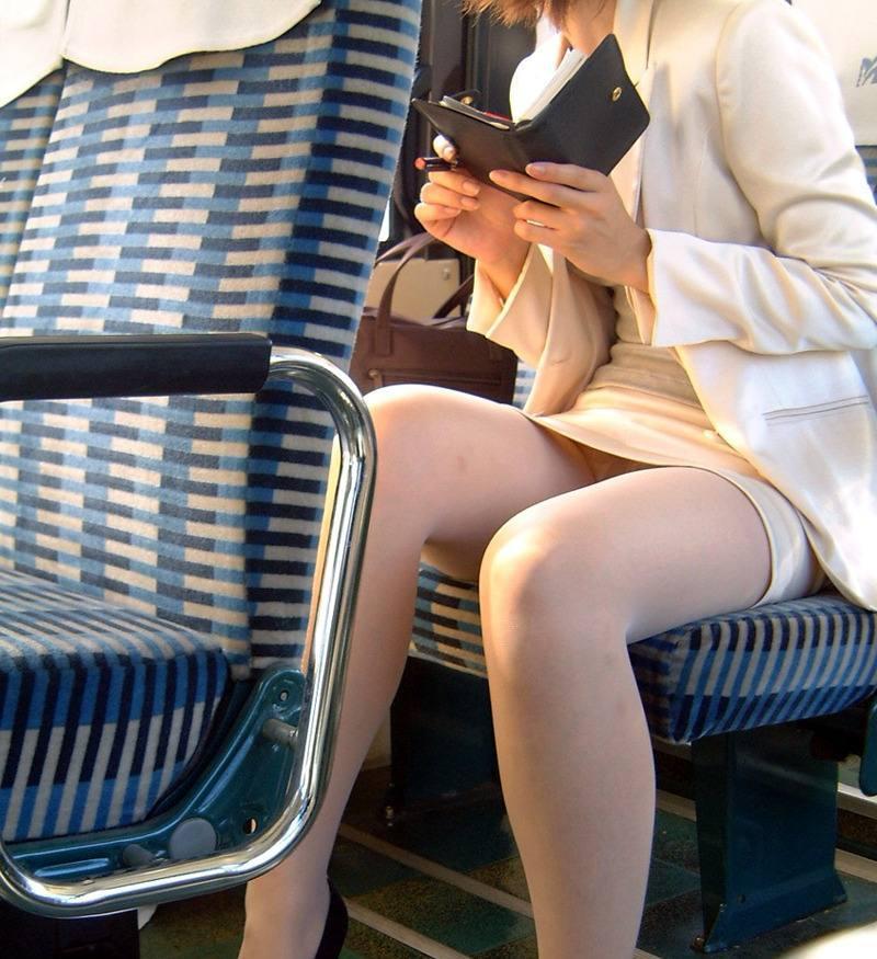 仕事中や通勤途中のOLのパンツ (17)