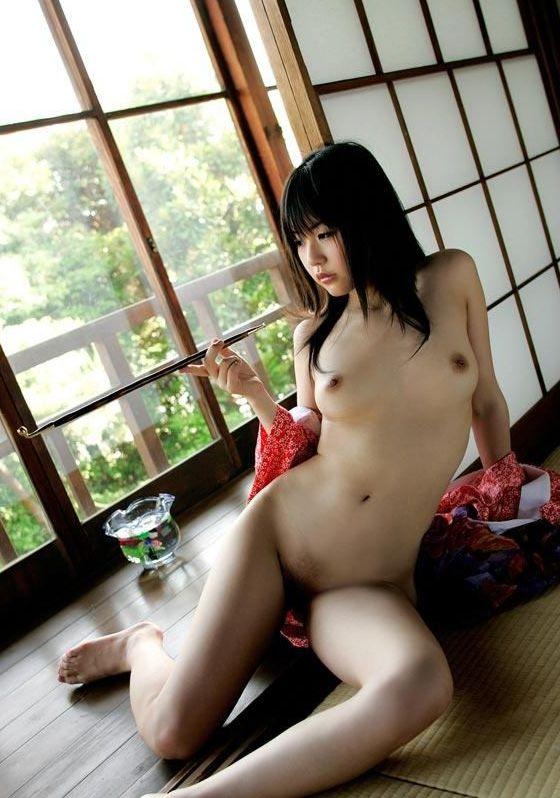 和服を脱いで裸になる日本女性 (9)