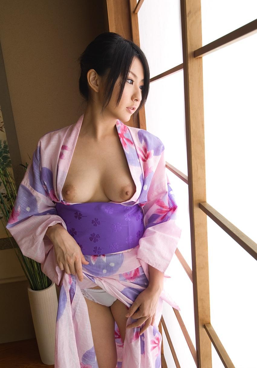 和服を脱いで裸になる日本女性 (7)