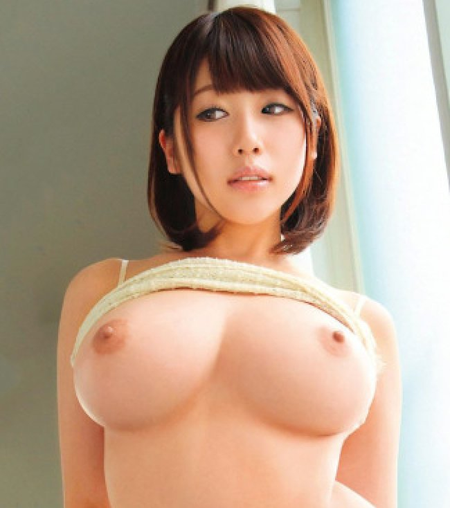 完璧な巨乳である美女のヌード (1)