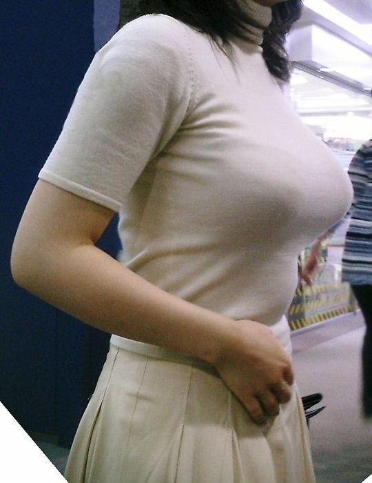 服の上からでも分かる爆乳おっぱい (7)