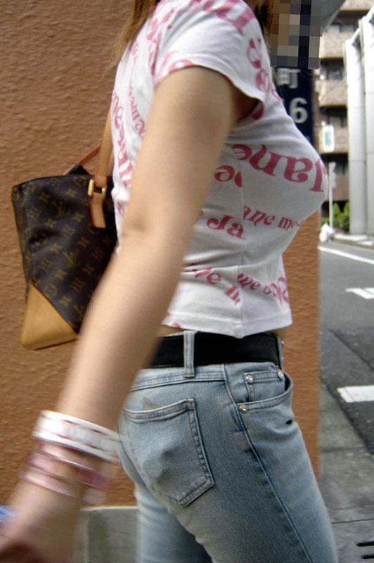 服の上からでも分かる爆乳おっぱい (6)