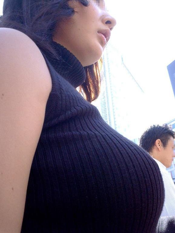 乳房がデカ過ぎて凝視しちゃう (6)