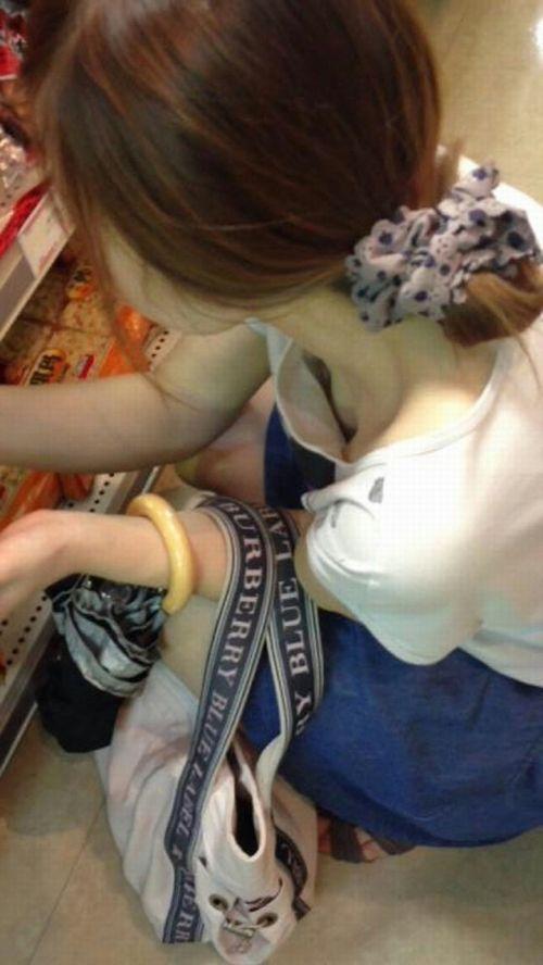 おっぱいが見え隠れしている胸元 (19)