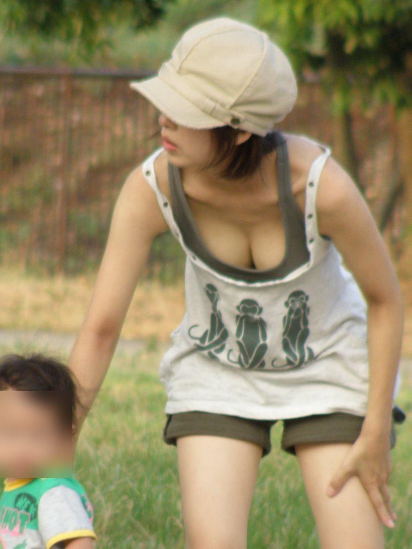 若奥様たちの乳房が見え放題 (19)