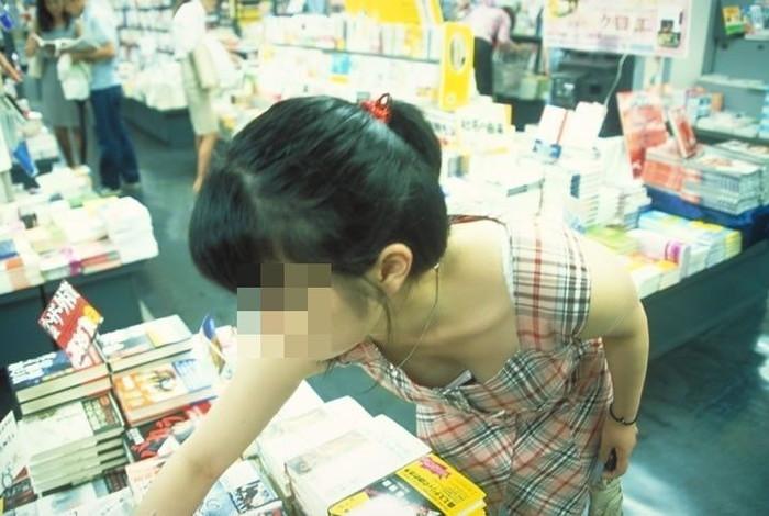 ふくよかな乳房がチラッと見えた (4)