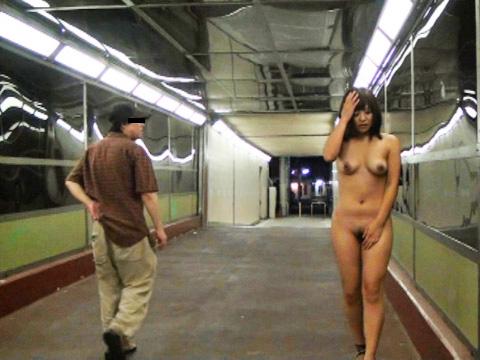 どこでも服を脱ぎたがる性癖の女の子 (12)