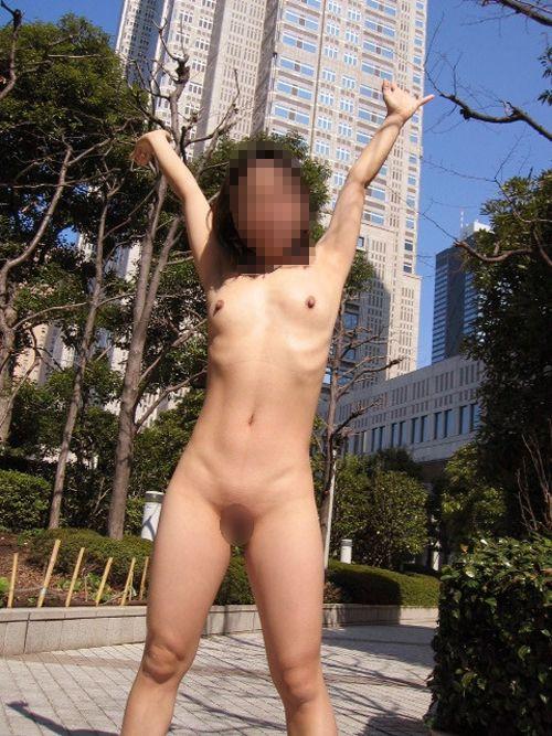 どこでも服を脱ぎたがる性癖の女の子 (19)
