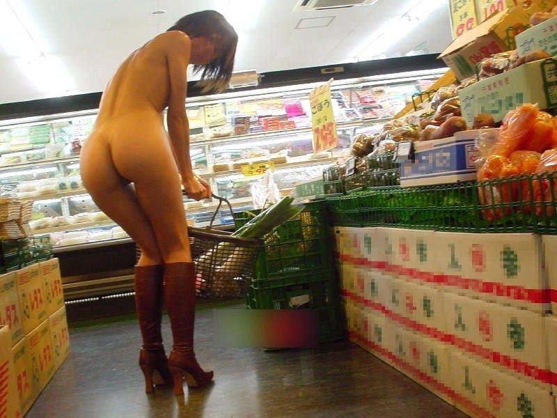 お店の中で裸になりたがるエロい女の子 (14)
