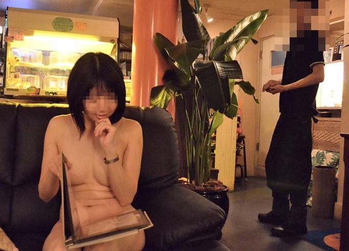お店の中で裸になりたがるエロい女の子 (4)