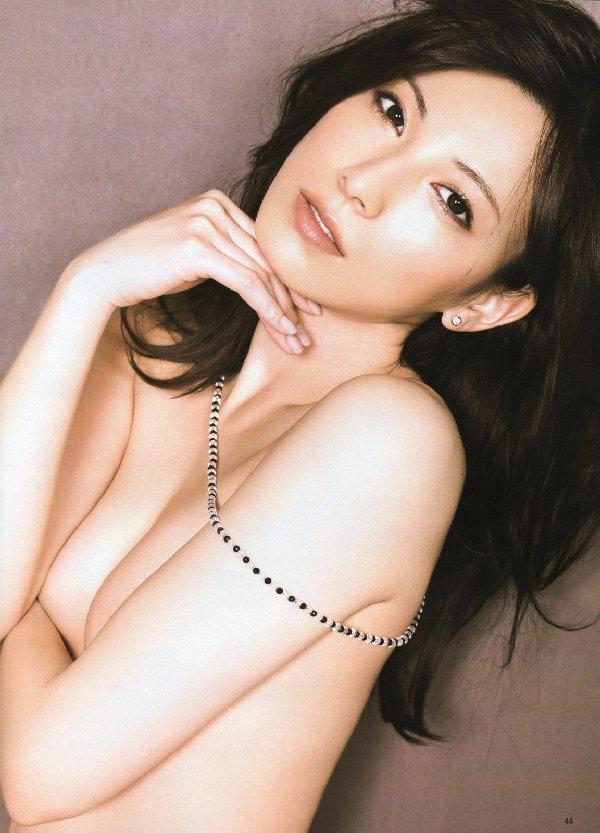 おっぱいを手で隠して裸になるアイドル (12)