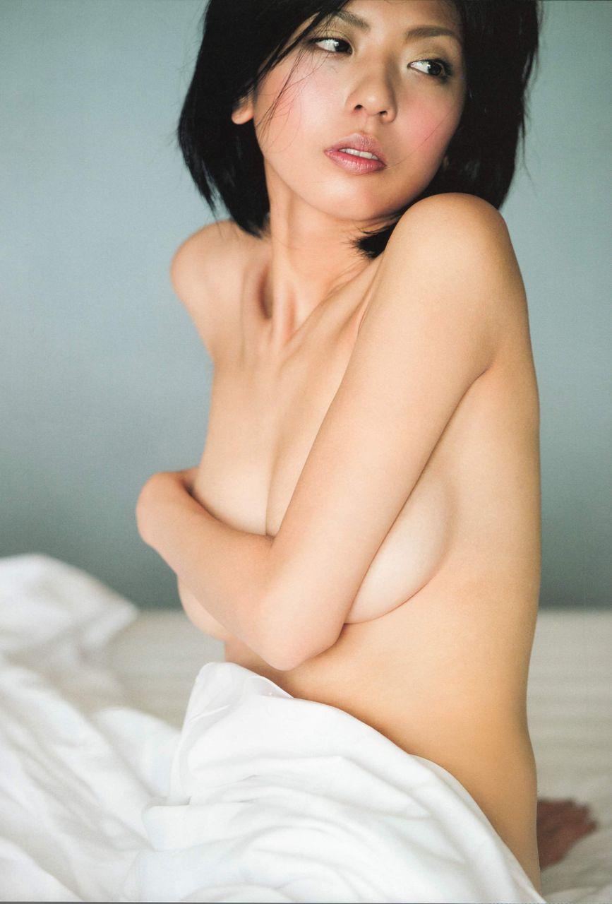 おっぱいを手で隠して裸になるアイドル (15)