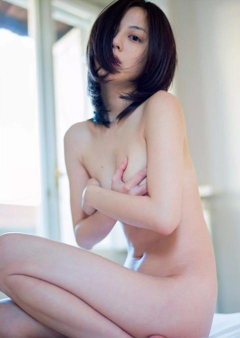 おっぱいを手で隠して裸になるアイドル (20)