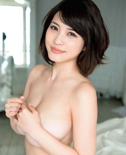 おっぱいを手で隠して裸になるアイドル (1)