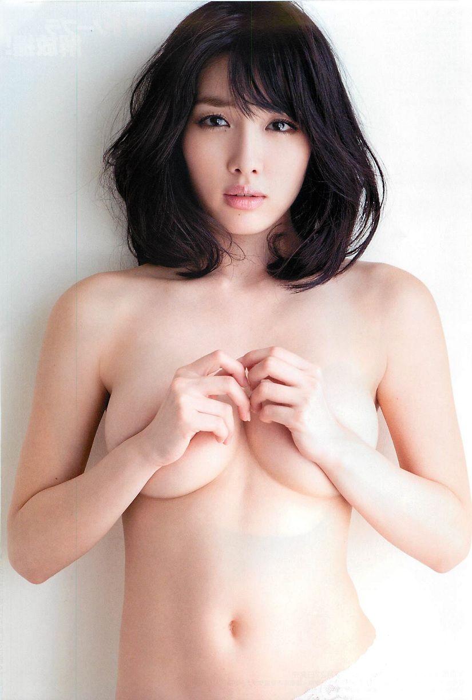 おっぱいを手で隠して裸になるアイドル (14)