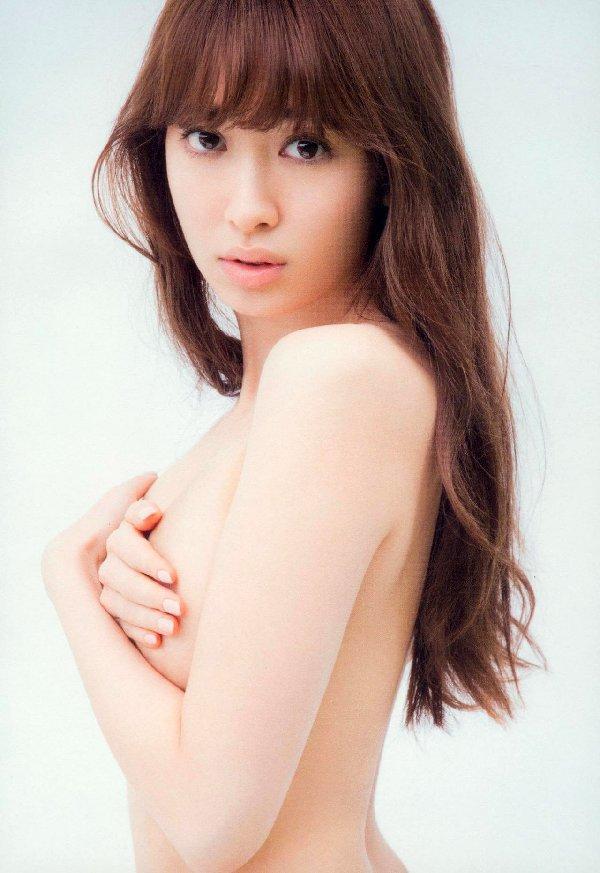 おっぱいを手で隠して裸になるアイドル (11)