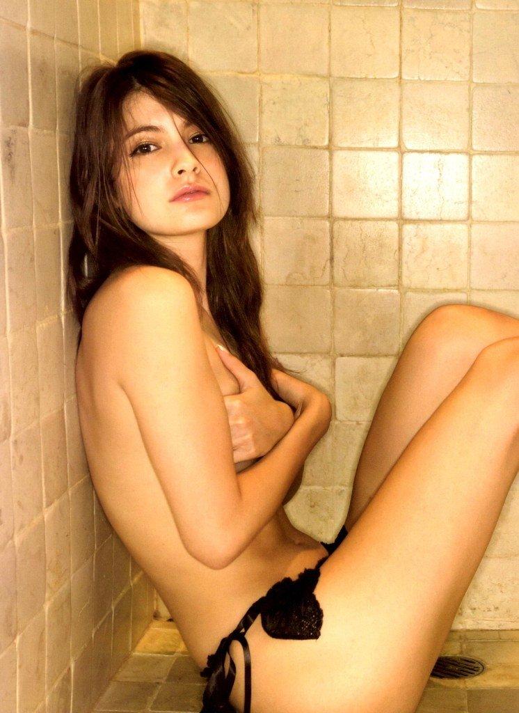 おっぱいを手で隠して裸になるアイドル (10)
