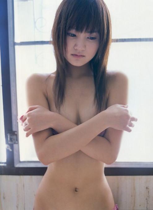 おっぱいを手で隠して裸になるアイドル (17)