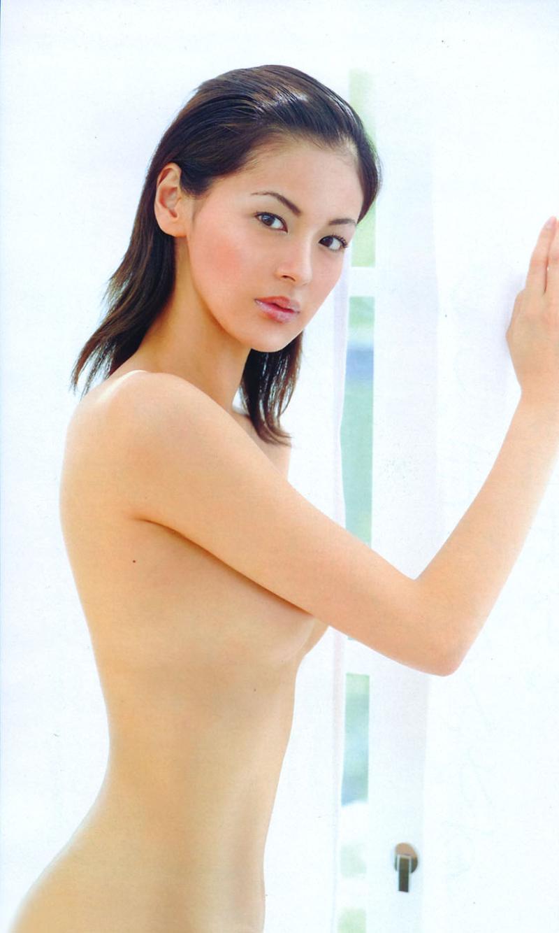 おっぱいを手で隠して裸になるアイドル (3)