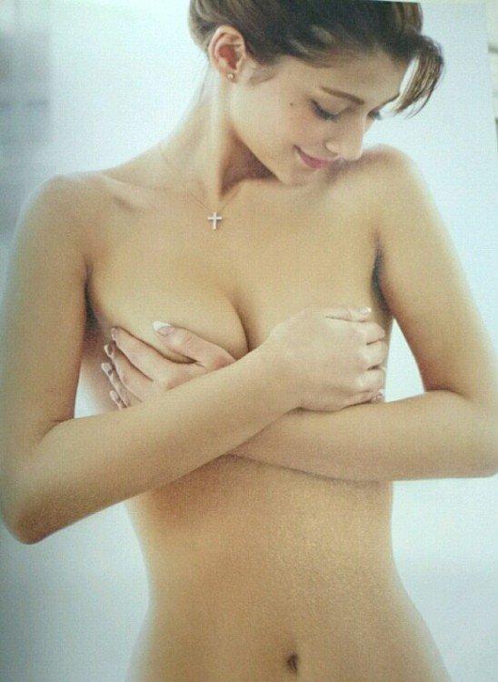 おっぱいを手で隠して裸になるアイドル (2)