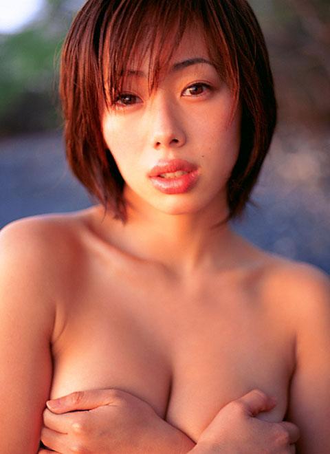 おっぱいを手で隠して裸になるアイドル (5)