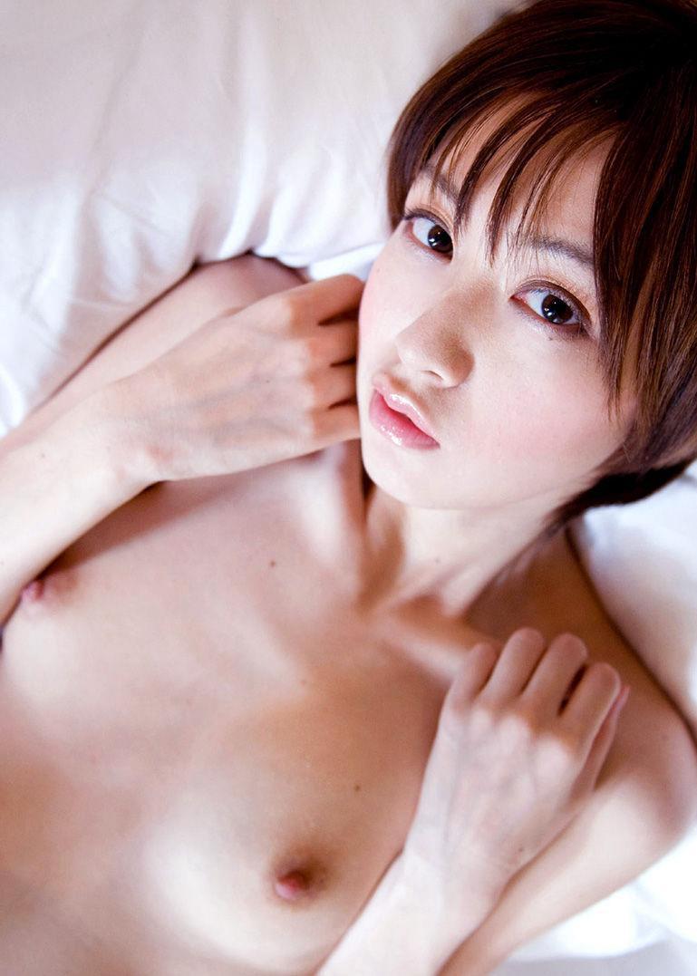 小さな乳房を優しく撫でたいオッパイ (17)