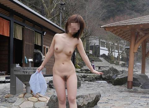 露天風呂でヌードになって友達同士で撮影 (5)