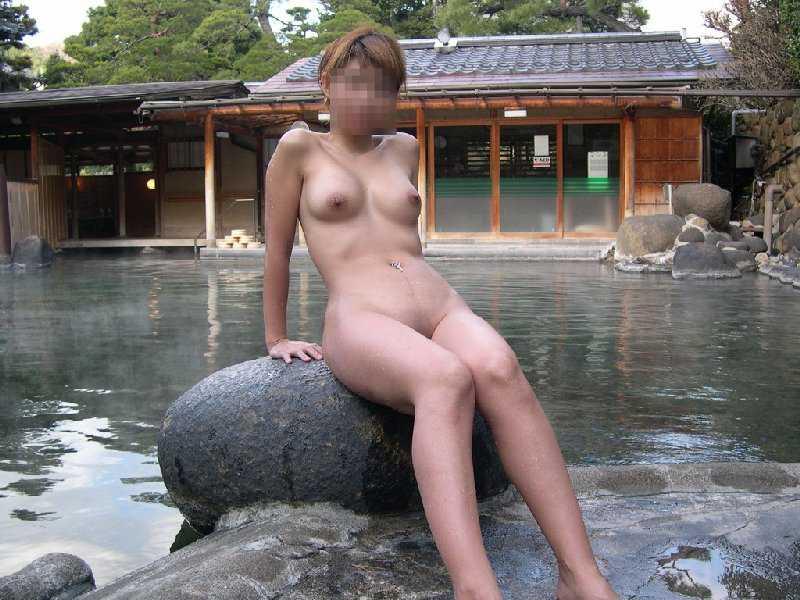 露天風呂でヌードになって友達同士で撮影 (16)