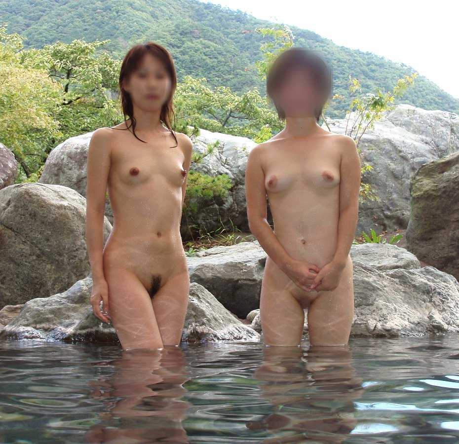 露天風呂でヌードになって友達同士で撮影 (12)