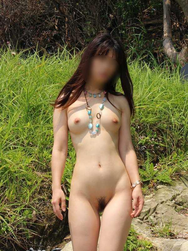 太陽に照らされる素っ裸の姿も良いもんだ (15)