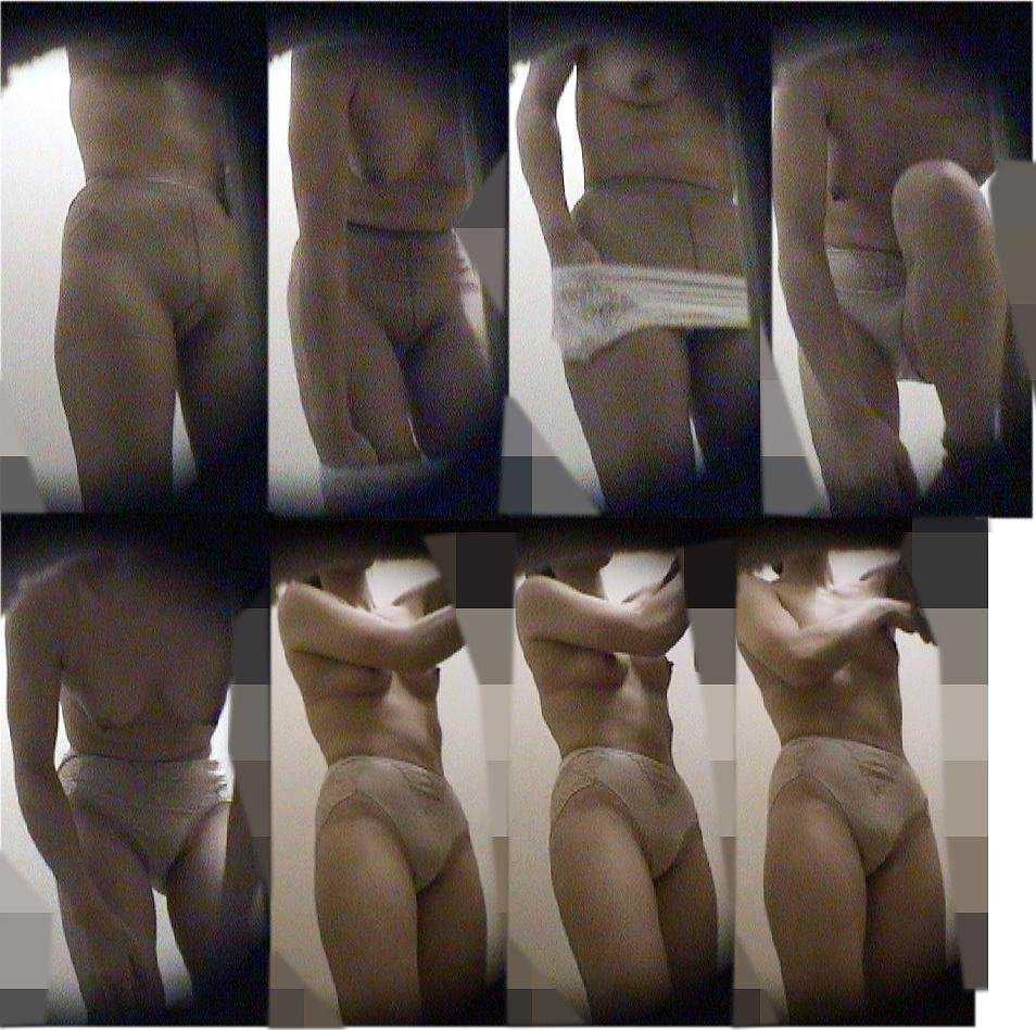 服を脱いでいる途中の女の子 (15)