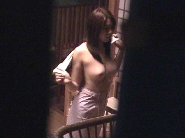服を脱いでいる途中の女の子 (6)
