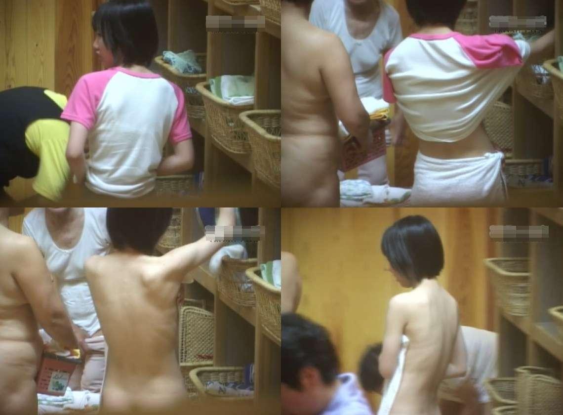 服を脱いでいる途中の女の子 (12)