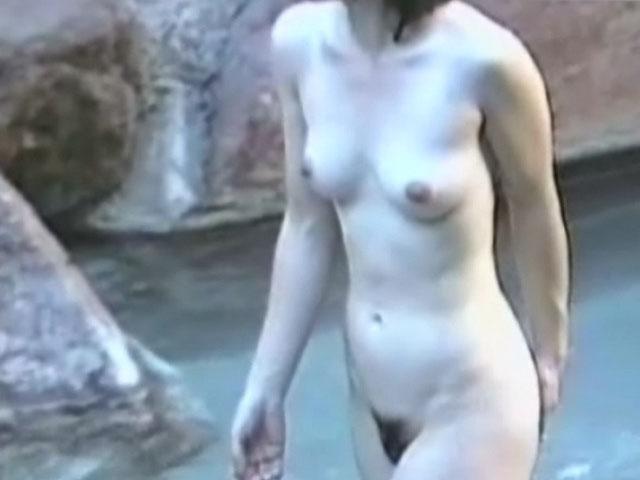 スッポンポンで温泉に入浴中の女の子 (3)