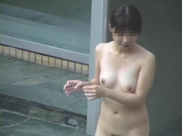 スッポンポンで温泉に入浴中の女の子 (4)