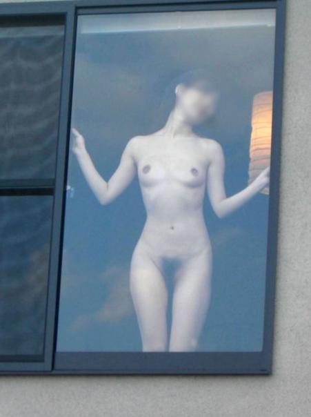 自宅で無防備に裸になる女の子 (18)