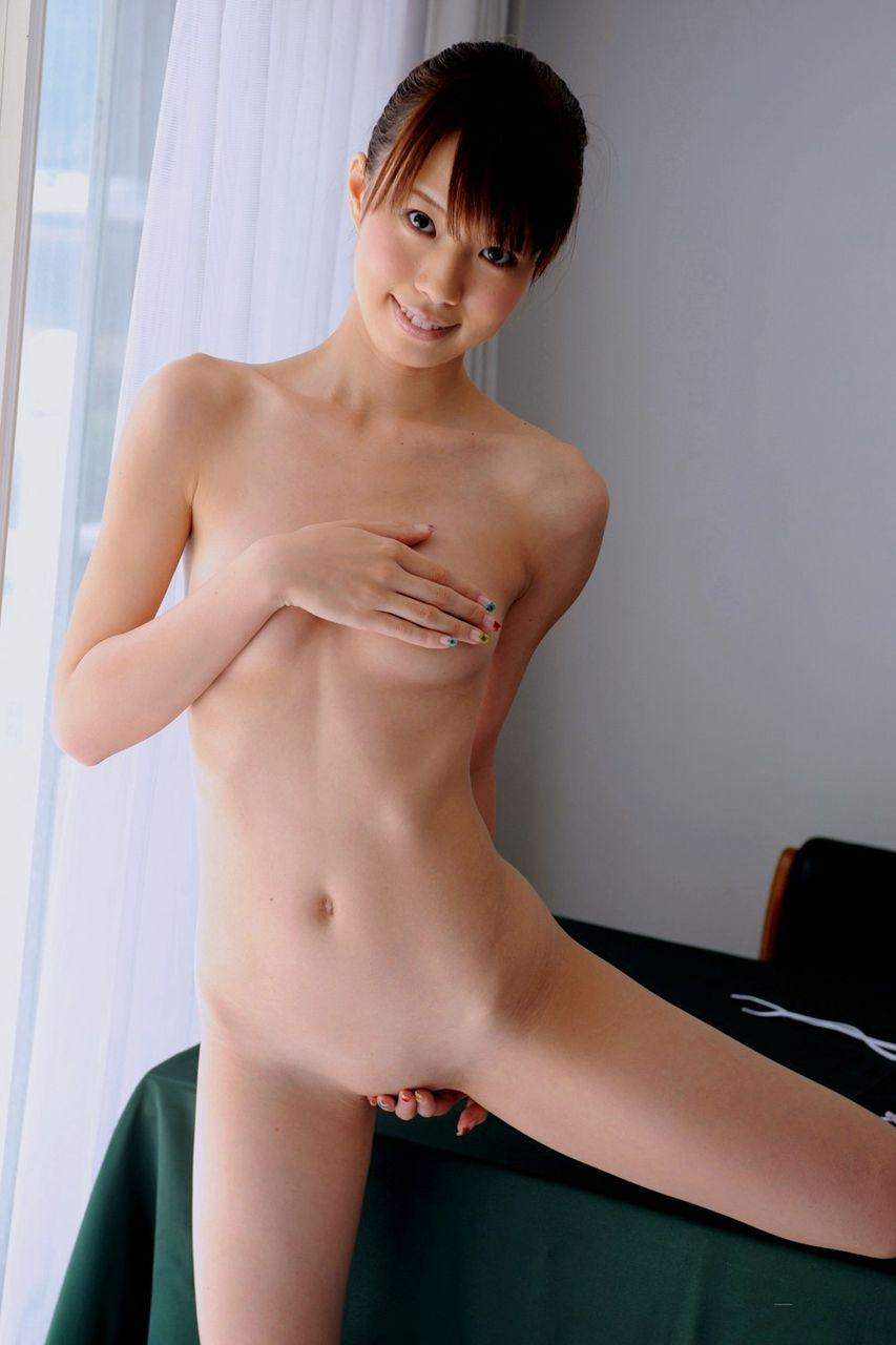 股間の陰毛を全部剃っちゃった女の子 (4)
