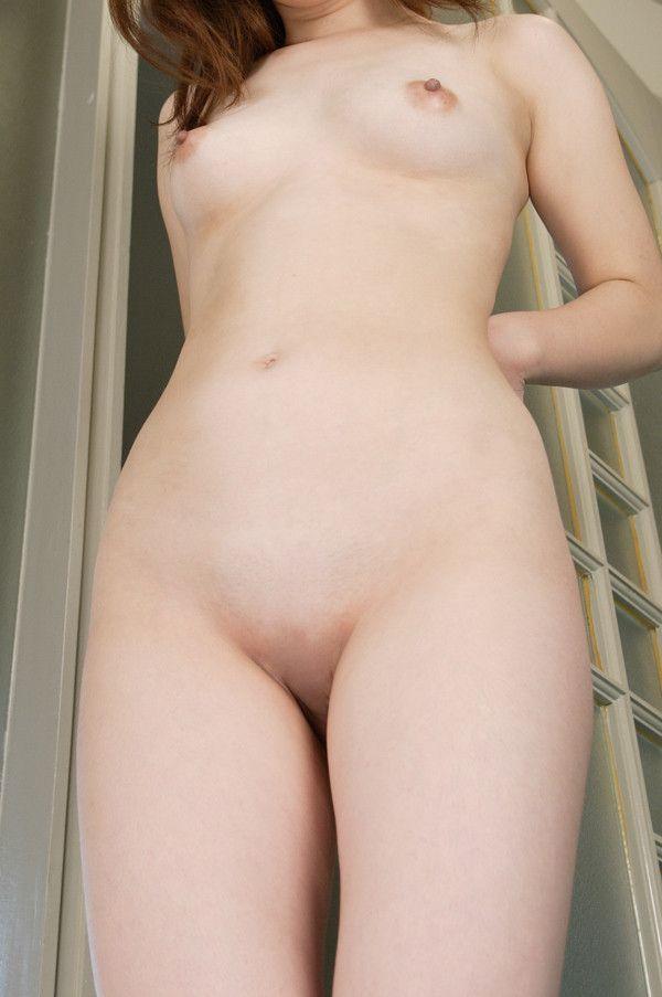 股間の陰毛を全部剃っちゃった女の子 (9)