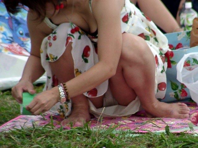 膝を立ててしゃがむと下着が丸見えになる (8)