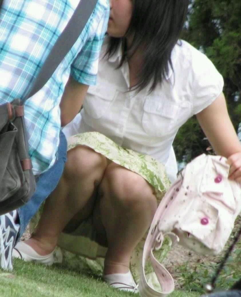膝を立ててしゃがむと下着が丸見えになる (10)