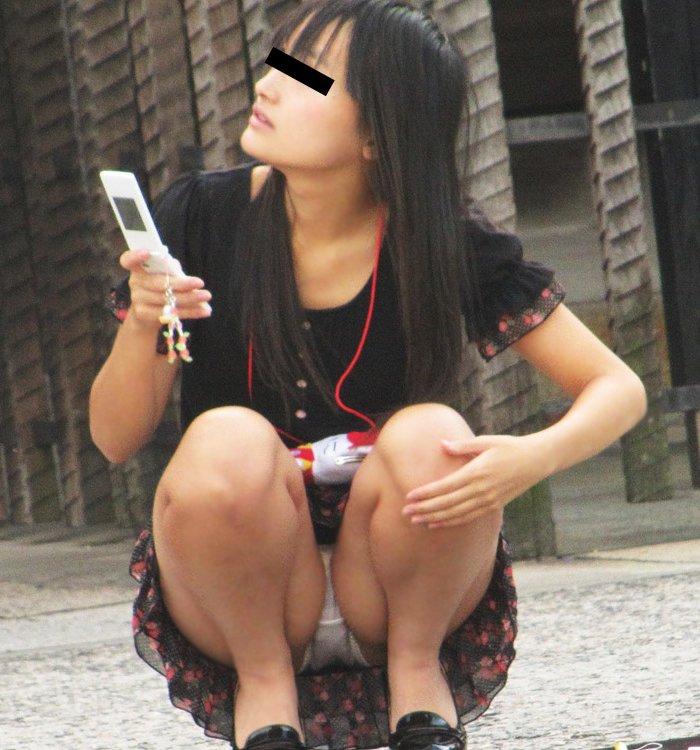 膝を立ててしゃがむと下着が丸見えになる (1)