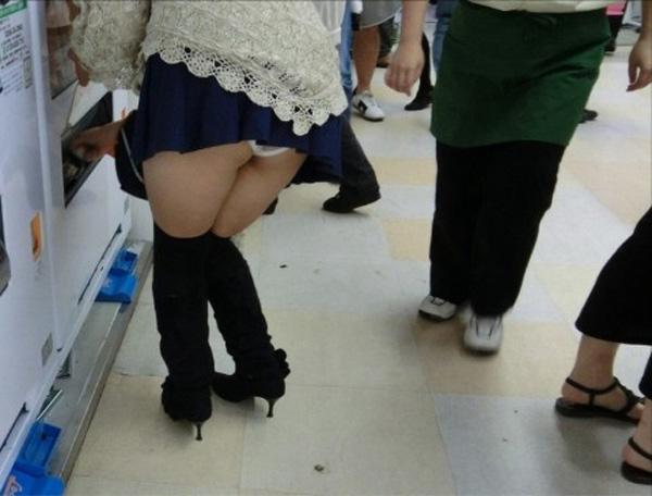短いスカートから見える下着がエロい (8)
